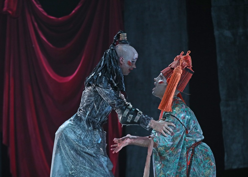 Deux comédiens vêtus de costumes de Christian Lacroix. Image pour 40 degrès sous zéro du MUNSTRUM THÉÂTRE, une pièce de théâtre au Moulin du Roc à Niort