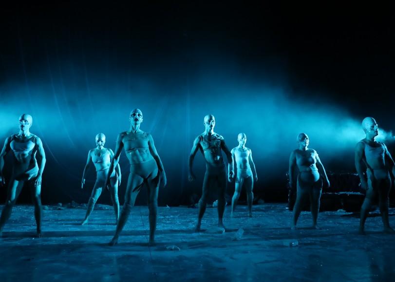 Comédiens en sous-vêtements, se déhanchant dans une lumière bleue. Image pour 40 degrès sous zéro du MUNSTRUM THÉÂTRE, une pièce de théâtre au Moulin du Roc à Niort