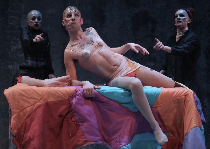 Un homme allongé, en sous-vêtement et recouvert de paillettes. Image pour 40 degrès sous zéro du MUNSTRUM THÉÂTRE, une pièce de théâtre au Moulin du Roc à Niort