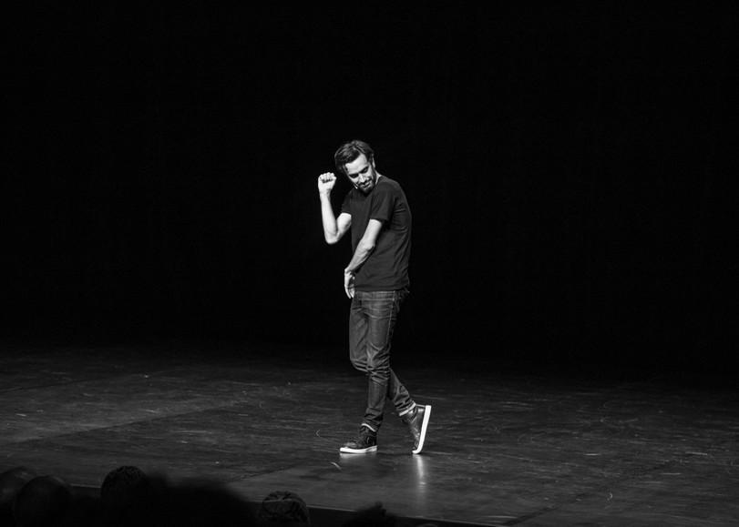Image en noir et blanc de Laurent Sciamma seul sur scène pour Bonhomme, spectacle stand-up utour du genre et des nouvelles masculinités au Moulin du Roc à Niort