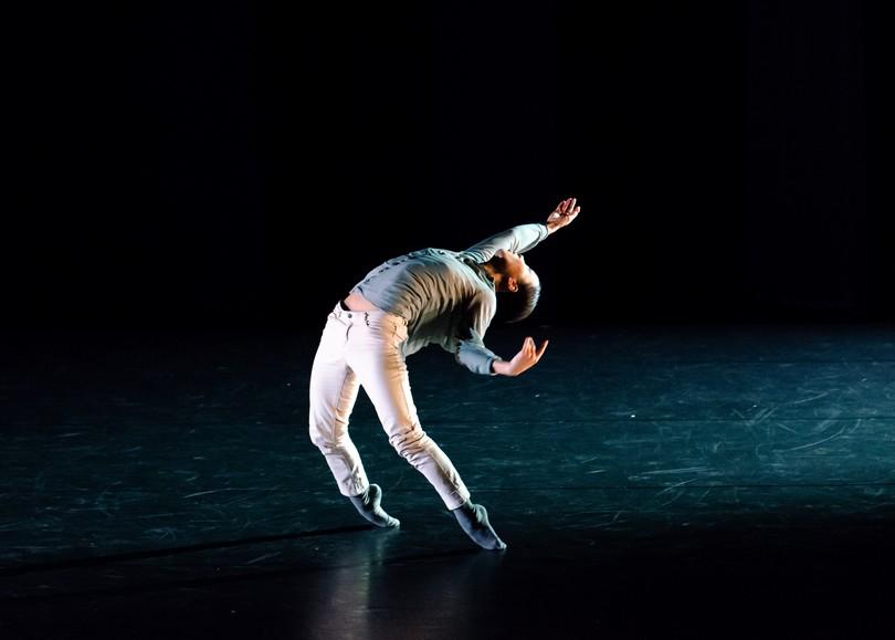 Image du spectacle Butterfly programmé au Moulin du Roc à Niort. Une danseuse seule sur scène glisse sur la pointe des pieds, le corps élancé vers l'avant, les bras et la tête en arrière.