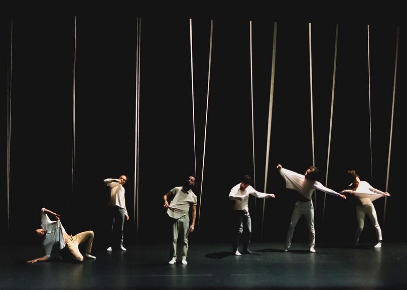 Image des six danseurs du spectacle de hip-hop Butterfly programmé au Moulin du Roc à Niort. Vêtus de blanc, ils dansent en tirant sur leurs vêtements.