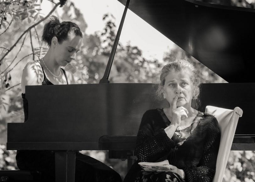 Portait en noir et blanc d'ALICE ROSSET u piano et ANNE DANAIS au premier plan pour le récital lecture Chopin/Sand programmé au Moulin du Roc à Niort
