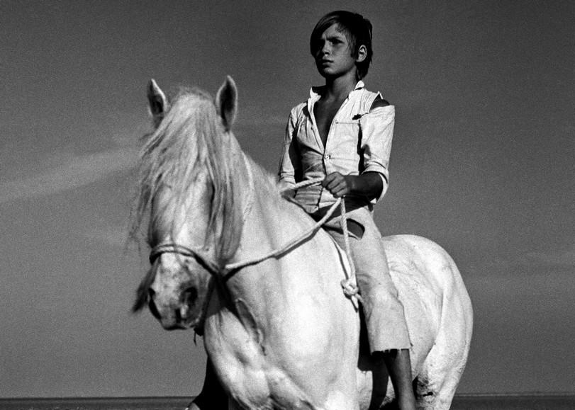 Image en noir et blanc du film Crin Blanc représentant un petit garçon à dos de cheval. Image pour Crin Blanc, un ciné-concert au Moulin du Roc à Niort