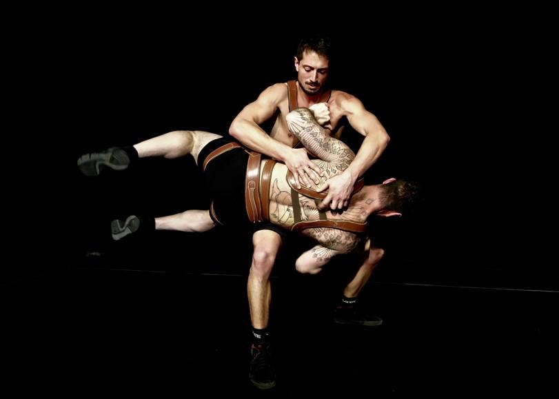 Les deux acrobates du spectacle Cuir se tenant grâce à des harnais en cuir. Un spectacle de cirque de la Compagnie Un Loup pour l'Homme au Moulin du Roc à Niort