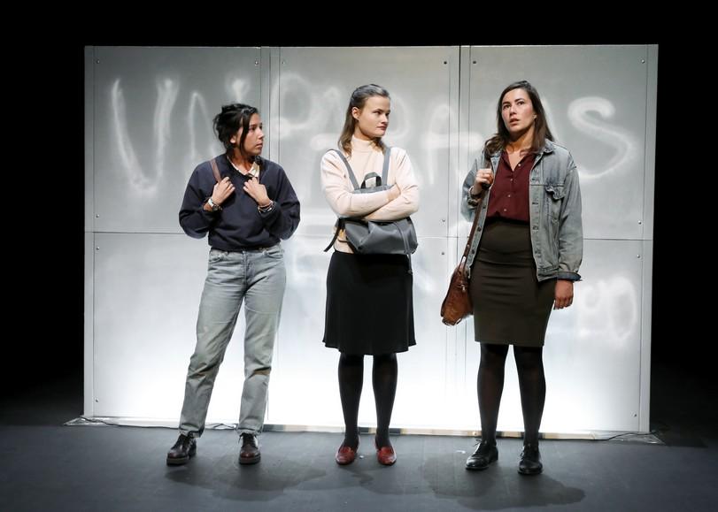 Trois femmes discutant, debout. Image pour En réalité, une pièce de théâtre d'Alice Vannier d'après Pierre Bourdieu au Moulin du Roc à Niort