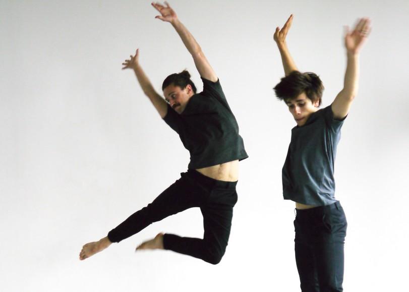 Deux hommes photographiés en dansant et sautant sur un fond blanc. Image pour Faits et gestes, spectacle de danse de Noé Soulier au Moulin du Roc à Niort