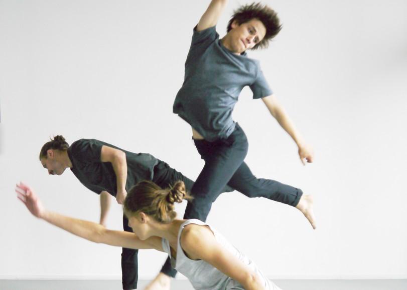 Deux hommes et une femme photographiés en dansant et sautant sur un fond blanc. Image pour Faits et gestes, spectacle de danse de Noé Soulier au Moulin du Roc à Niort