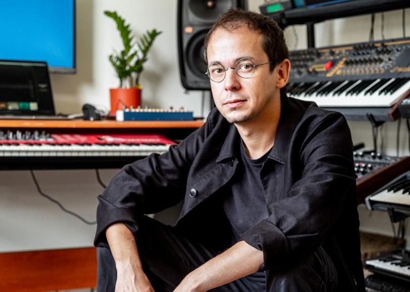 Portrait lumineux du musicien Rone devant ses claviers. Image pour le concert de Rone au Festival Nouvelles scènes au Moulin du Roc à Niort