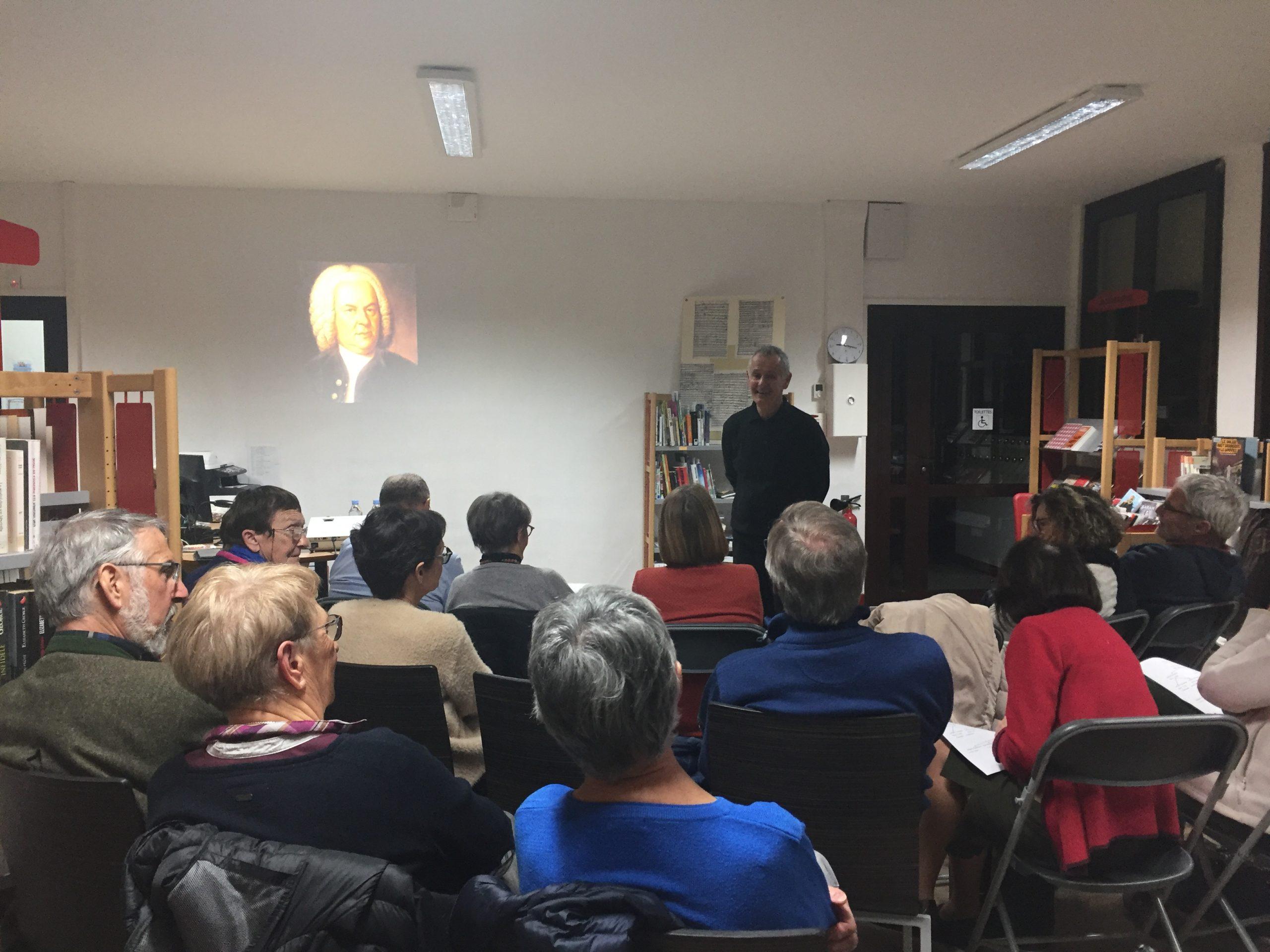 Public rassemblé dans une salle pour Quand l'oeil écoute, le rendez-vous musical proposé par Jean Laurent et le Moulin du Roc, Scène nationale à Niort
