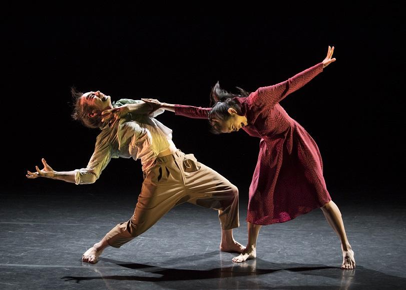 Un coup de danseurs s'agrippant l'un à l'autre. Image pour Is it worth to save us, spectacle de danse de KAORI ITO et MIRAÏ MORIYAMA au Moulin du Roc à Niort