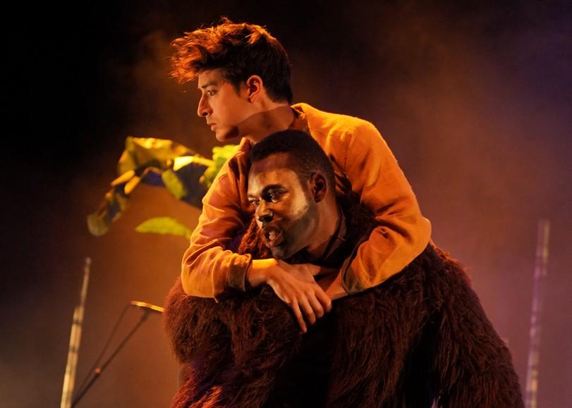 Baloo porte Mowgli sur son dos. Image pour Jungle, un spectacle opéra sauvage à découvrir en famille au Moulin du Roc à Niort