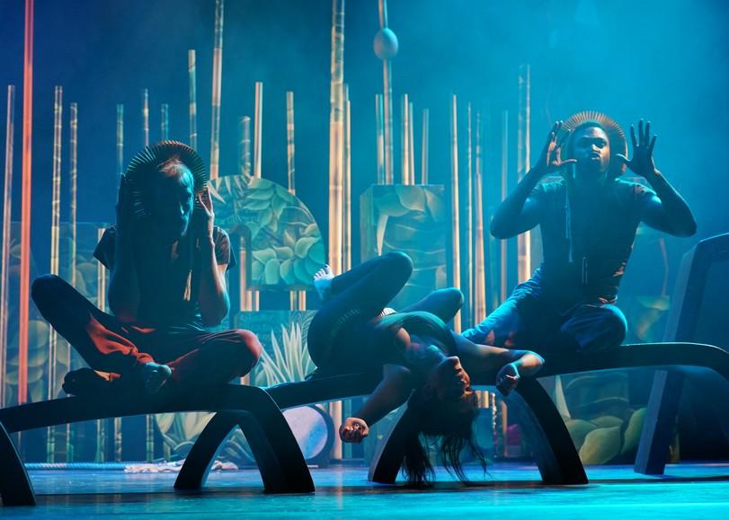 Trois chanteurs/comédiens faisant des mimiques d'animaux. Image pour Jungle, un spectacle opéra sauvage à découvrir en famille au Moulin du Roc à Niort