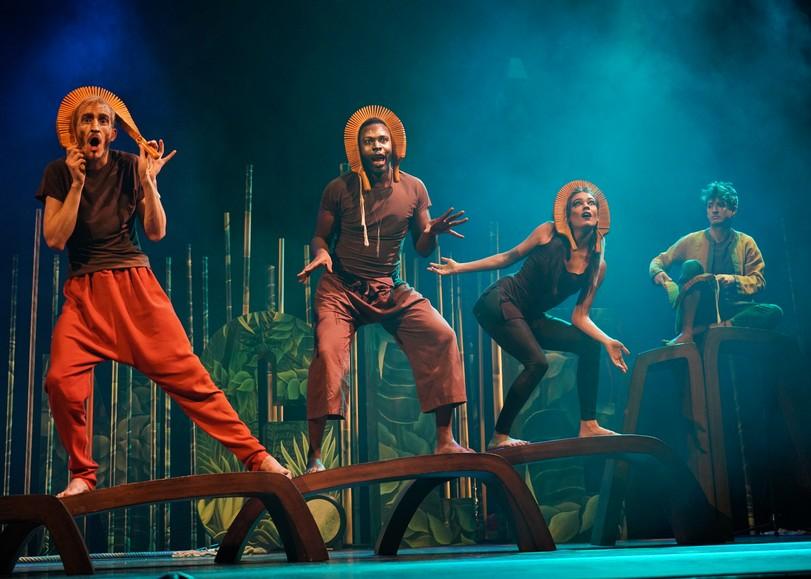 Trois chanteurs expressifs, rugissent, dans un décor tropical. Image pour Jungle, un spectacle opéra sauvage à découvrir en famille au Moulin du Roc à Niort