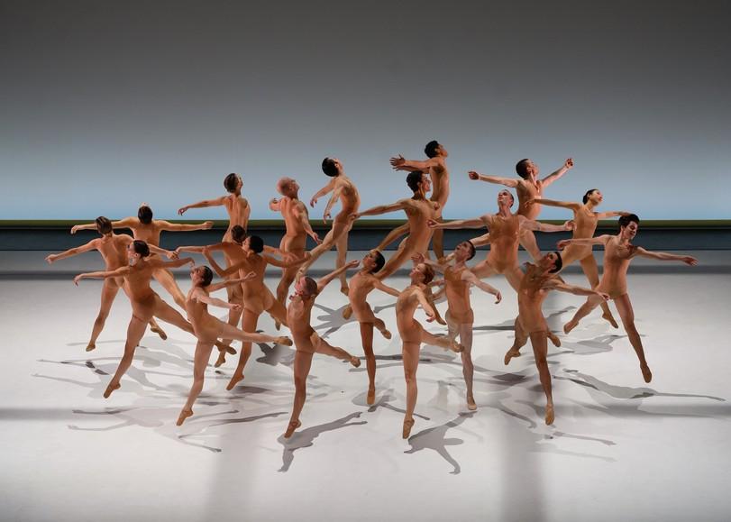 Danseurs de ballet en tenue couleur peau, sautant en cercle. Image pour La Pastorale, spectacle de danse de Thierry Malandain et du MALANDAIN BALLET BIARRITZ au Moulin du Roc à Niort