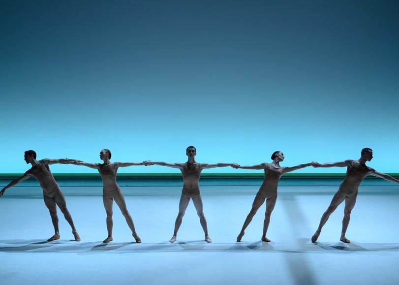 Danseurs en tenu couleur peau, se tenant par la main. Image pour La Pastorale, spectacle de danse de Thierry Malandain et du MALANDAIN BALLET BIARRITZ au Moulin du Roc à Niort