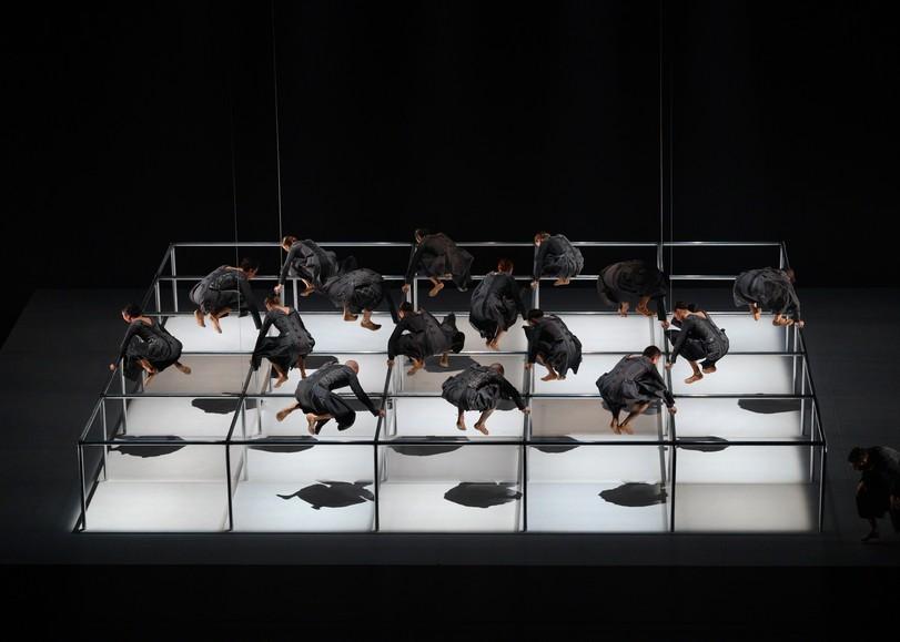 Danseurs vêtus de robes noires, se tenant en équilibre au-dessus d'une structure quadrillée. Image pour La Pastorale, spectacle de danse de Thierry Malandain et du MALANDAIN BALLET BIARRITZ au Moulin du Roc à Niort