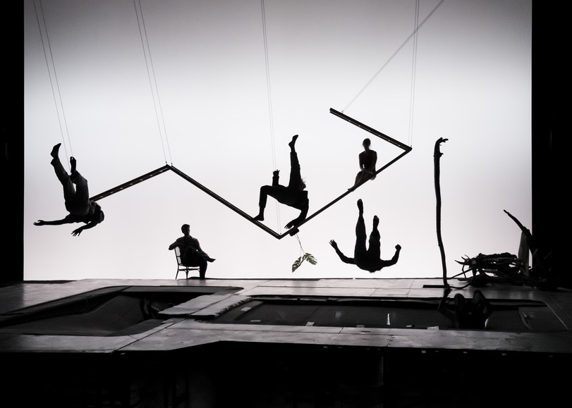 Circassiens sautant sur des trampolines géants dans une décor épuré. Image pour Les hauts plateaux, spectacle de cirque et trampoline de Mathurin Bolze au Moulin du Roc à Niort