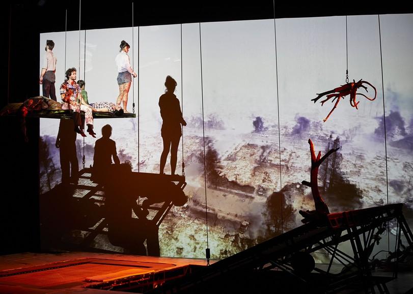 Circassiens en équilibre sur une plateforme suspendue dans les airs. Image pour Les hauts plateaux, spectacle de cirque et trampoline de Mathurin Bolze au Moulin du Roc à Niort