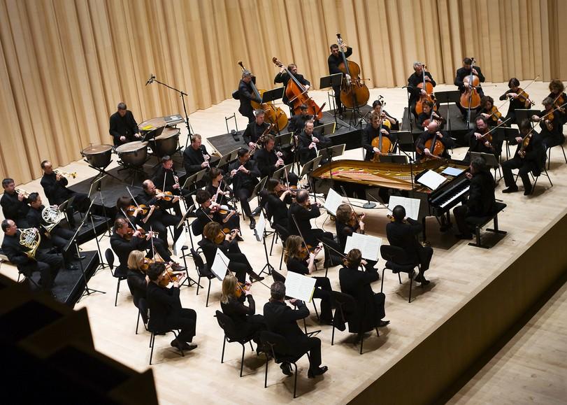 Photo d'un orchestre dans une salle lumineuse, toute en bois. Image pour Méta 3, concert de l'Orchestre de Chambre de Nouvelle-Aquitaine avec Renaud Capuçon au Moulin du Roc à Niort