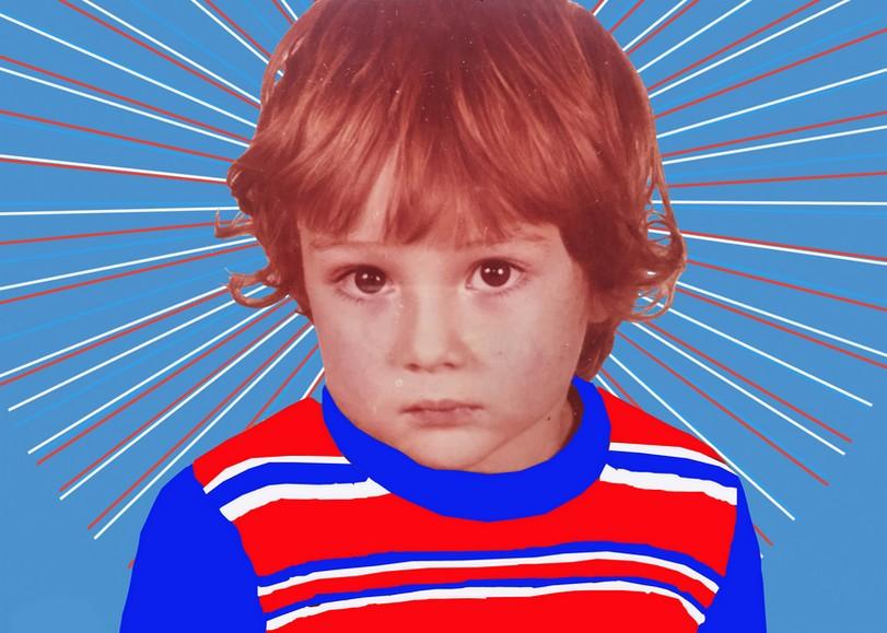 Portrait d'un enfant vêtu d'un pull bleu, blanc, rouge. Image pour Mes ancêtres les gaullois, une pièce de théâtre de Nicolas Bonneau et Nicolas Marjault au Moulin du Roc à Niort