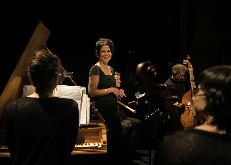 Photo d'un concert de musique classique avec clavecin et violoncelles pour le spectacle Opéra Miniature, concert de musique baroque de Maude Gratton et l'ensemble Il Convito au Moulin du Roc à Niort