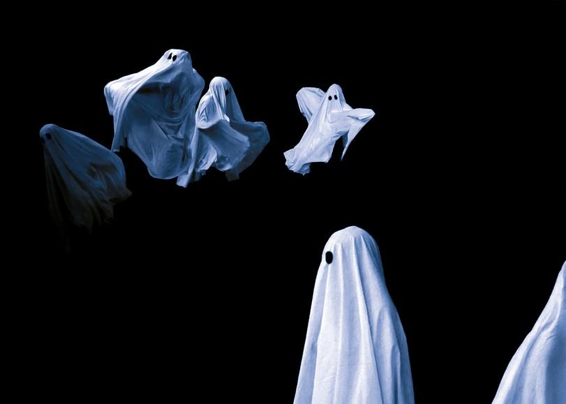 Des danseurs déguisés en fantômes, recouverts d'un drap blanc, dansent dans les airs pour Pillowgraphies, spectacle de danse de la compagnie La BaZooKa au Moulin du Roc à Niort
