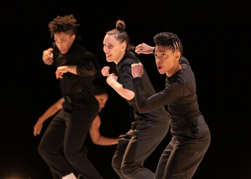 Trois danseuses vêtues de tenues noires, photographiées en plein mouvement. Image pour Queen Blood, spectacle de danse d'Ousmane Sy au Moulin du Roc à Niort