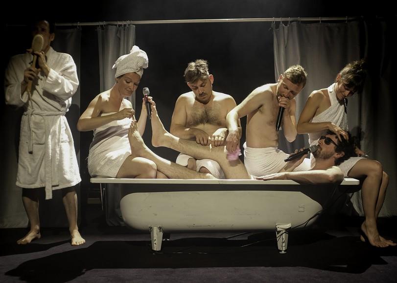 Les chanteurs a capela du spectacle Shower Power vêtus d'une serviette de bain et chantant autour d'une baignoire. Un spectacle programmé au Moulin du Roc à Niort
