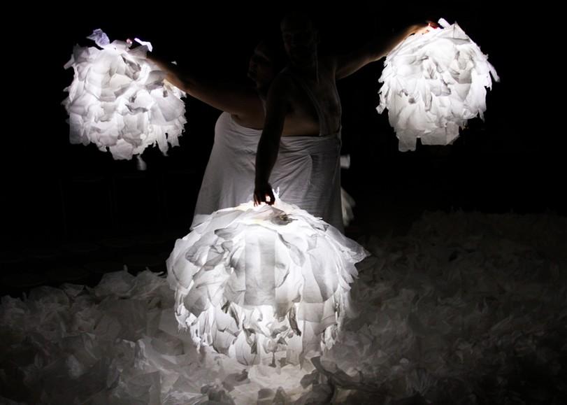 Deux comédiens tenant des boules blanches lumineuses. Image pour Sous la neige, spectacle de danse de la compagnie Les Bestioles au Moulin du Roc à Niort