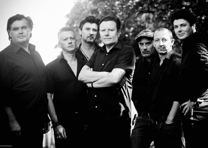 Portrait en noir et blanc des membres du groupe The Celtic Social Club en concert au Moulin du Roc à Niort pour leur album From Babylon to Avalon