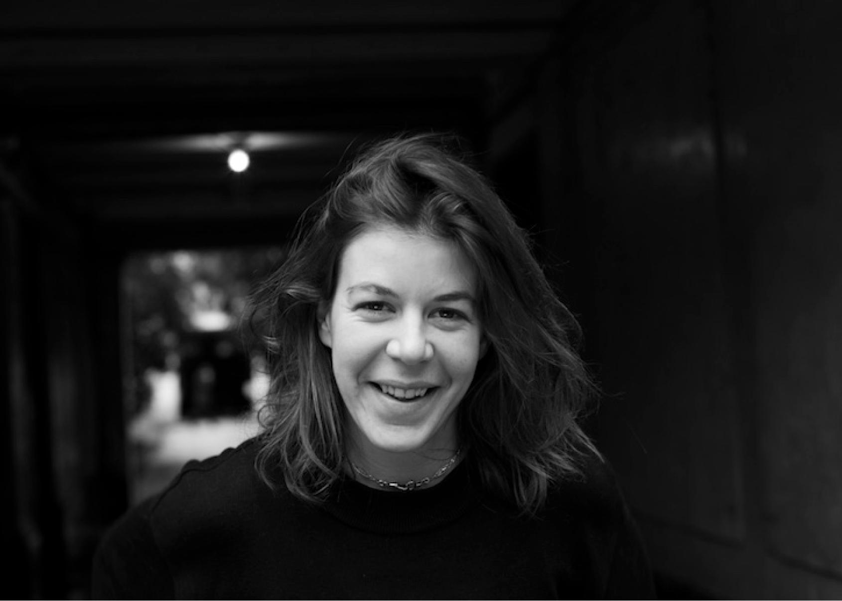Portrait en noir et blanc de Chloe Giraud artiste accueillie en résidence de création au Moulin du Roc, Scène nationale à Niort