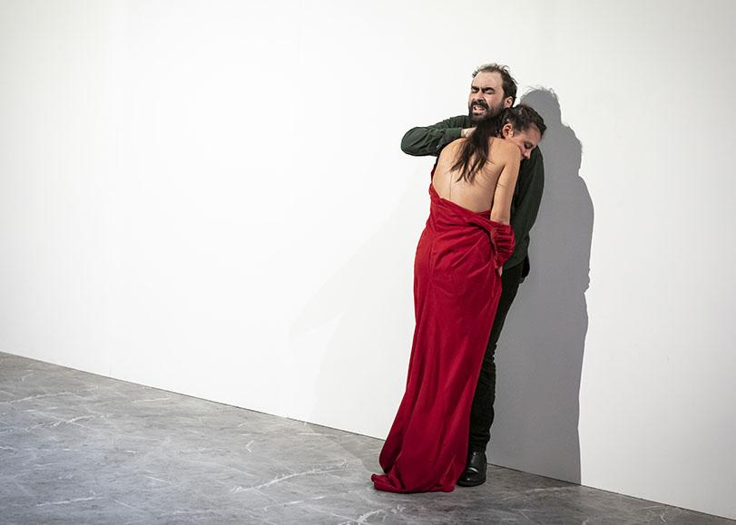 Un homme et une femme vétue d'une robe robe, se, serrant dans les bras.
