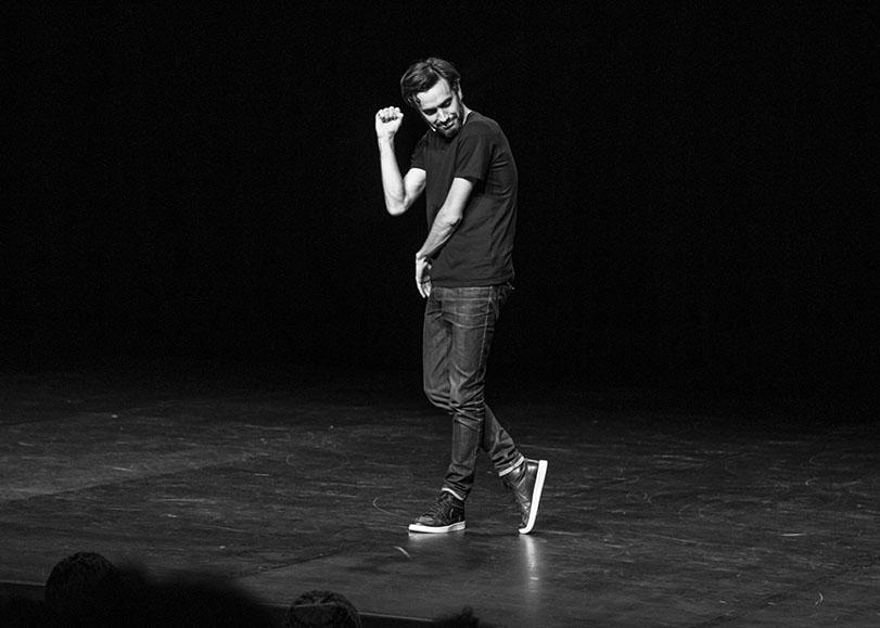 L'humoriste Laurent Sciamma sur scène.
