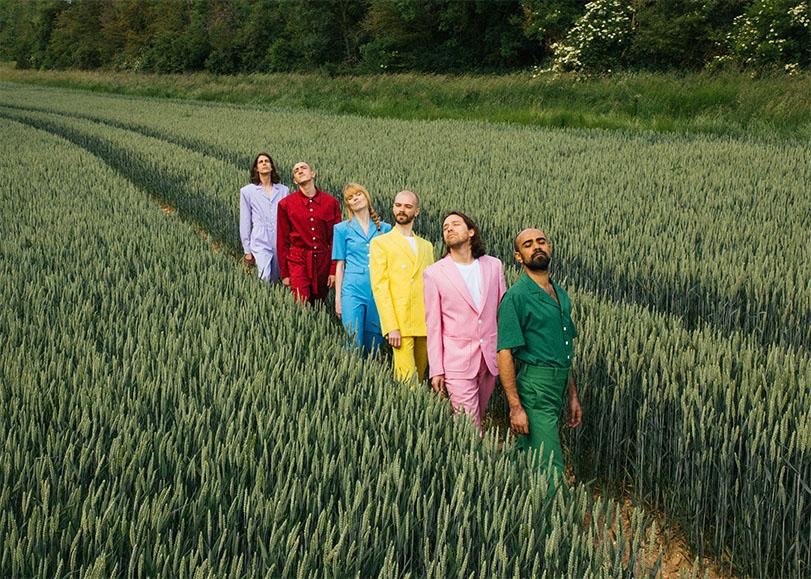 Les six membres du groupe Catastrophe marchant dans un chant, vêtus de costumes aux couleurs vives. Image pour la nouvelle comédie musicale de Catastrophe au Moulin du Roc à Niort