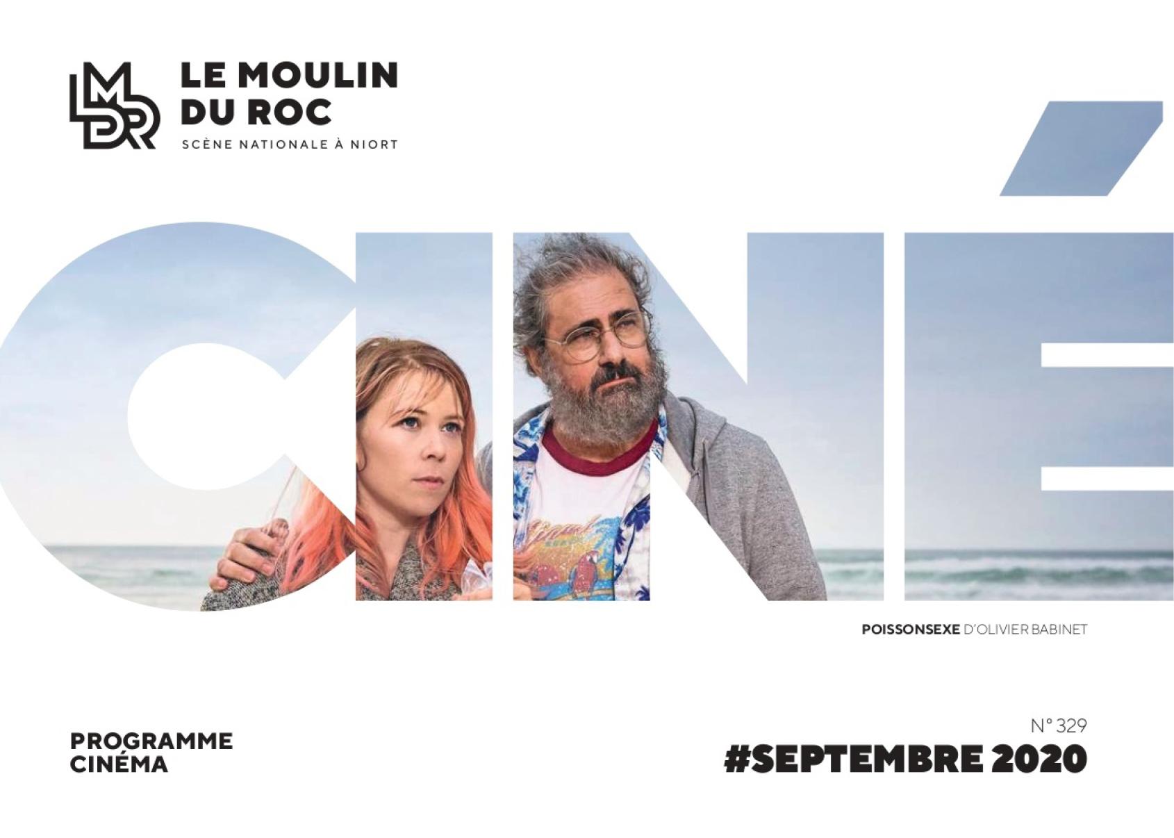 Un homme et une femme côte à côte à la plage. Couverture du programme cinéma de septembre 2020 du Moulin du Roc à Niort.
