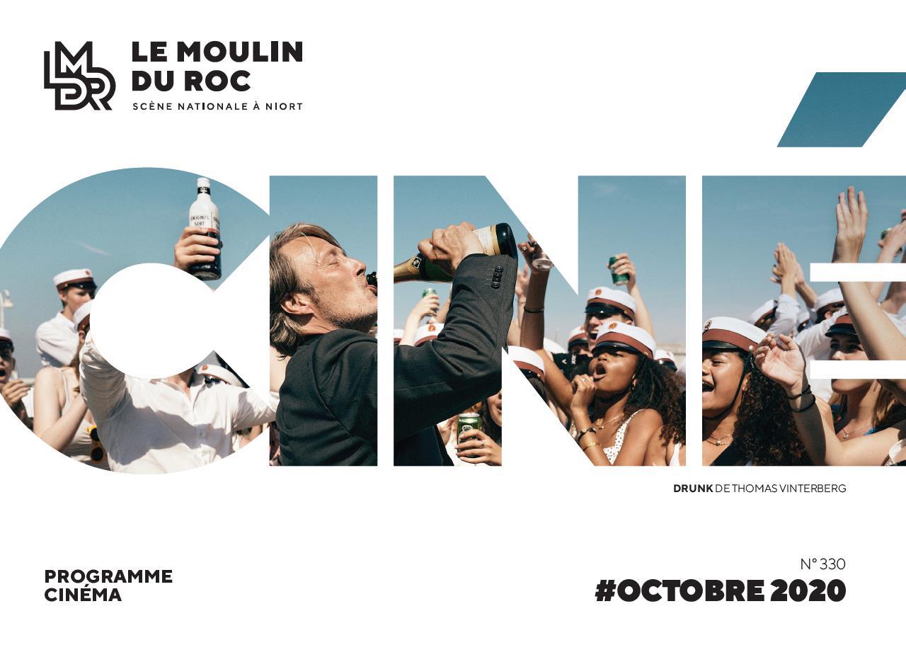 Un homme buvant une bouteille de champagne devant une foule d'étudiants. Couverture du Programme cinéma d'octobre 2020 du Moulin du Roc à Niort