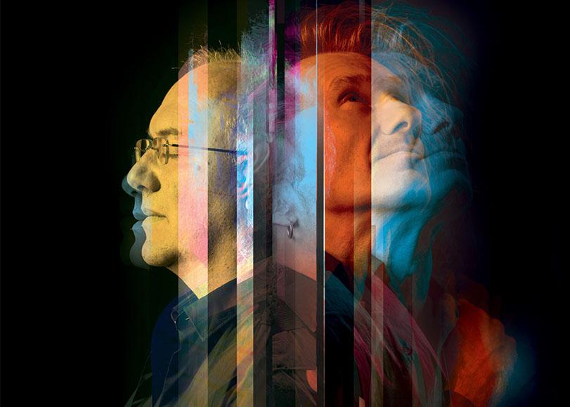 Les deux musiciens dos à dos, l'un regardant en l'air et l'autre fermant yeux.