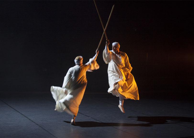 Deux danseurs du spectacle Dans le cercle des hommes du Nil.