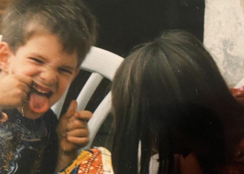 Photo d'enfance, un petit garçon et une petite fille se font des grimaces.