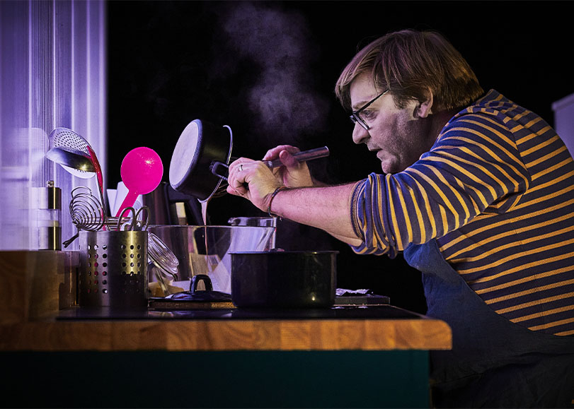 Le comédien Sylvain Levey , faisant la cuisine.