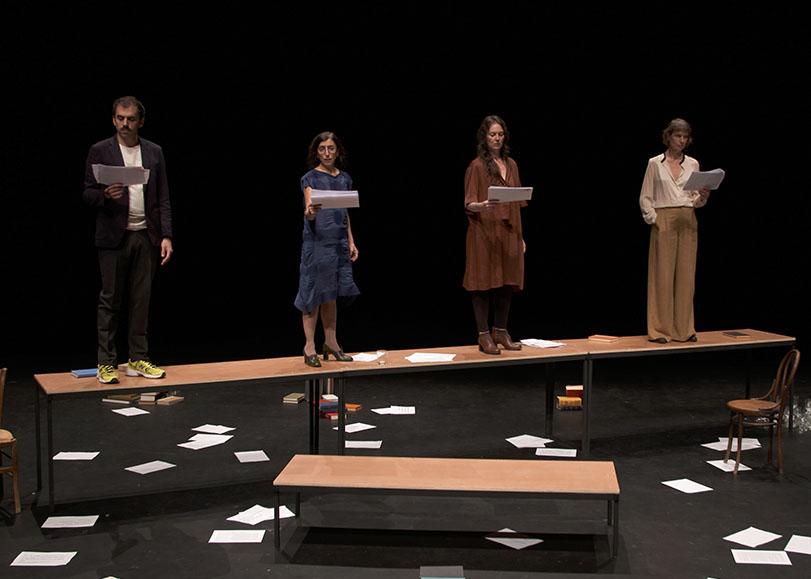 Quatre comédiens lisant leur texte debout sur des tables. Les tigres sont plus beaux à voir, pièce de théâtre sur l'auteure Jean Rhys programmée au Moulin du Roc à Niort