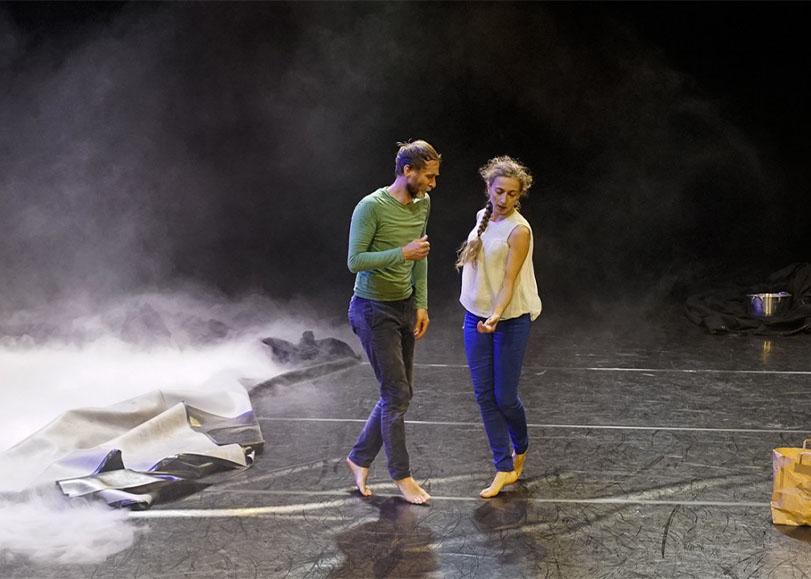 Deux danseurs du spectacle Il nous faudrait un secrétaire de Panique au Dancing.