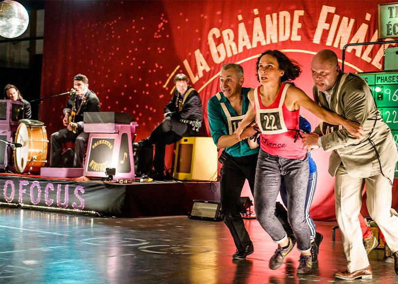 Danseurs de La Gràànde finàle dans un décors de jeu télévisuel.