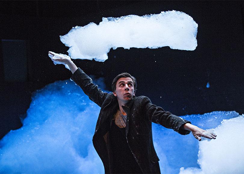 Un danseur au milieu d'un nuage de mousse. Le petit bain, spectacle de danse à découvrir en famille au Moulin du Roc à Niort