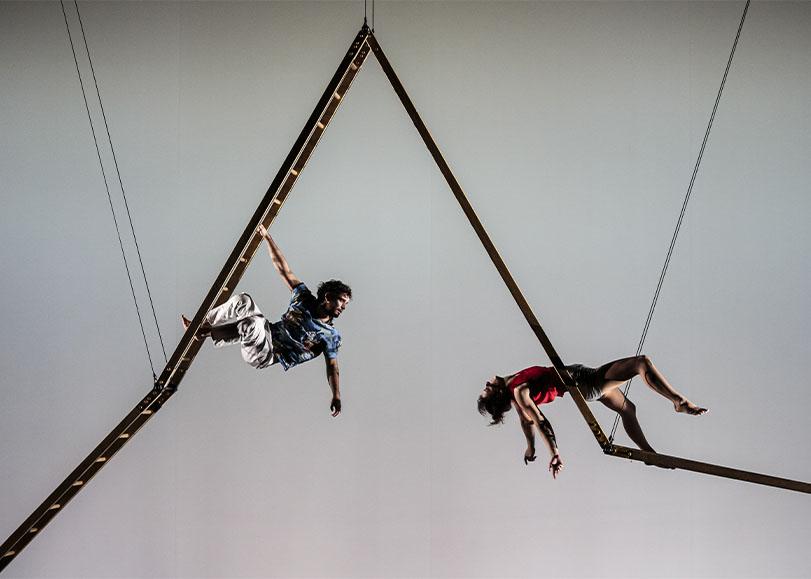Deux acrobates de spectacle Les hauts plateaux, sur des échelles faisant des figues.