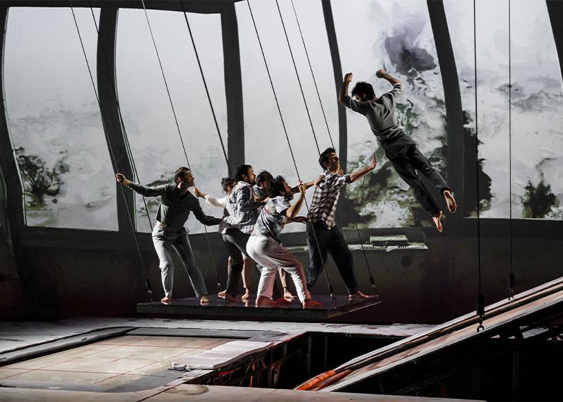 Les acrobates de spectacle Les hauts plateaux, debout sur un plateaux se balançant.