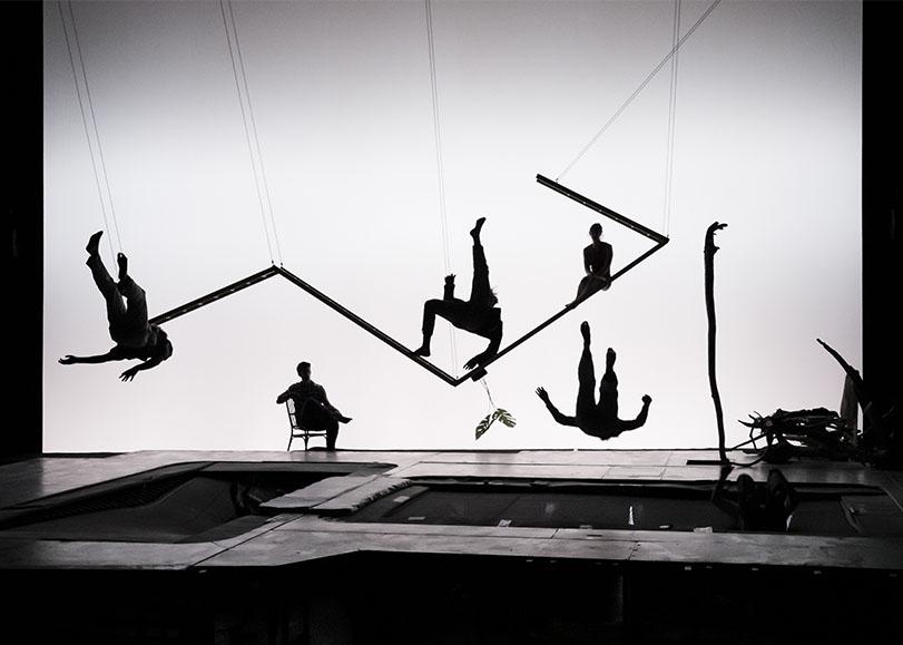 Les acrobates de spectacle Les hauts plateaux, faisant des figures sur des trampolines.