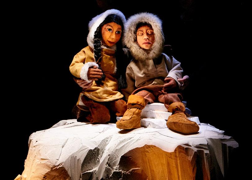 Deux marionnettes inuits, un perosnnage d'une femme et d'un petit garçon sont représentés.
