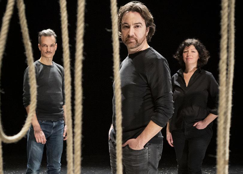 Les comédiens de Monte-Cristo debout derrière des cordes tombantes.